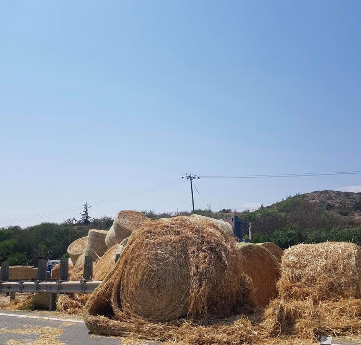 Section of Limassol-Nicosia highway closed after hay truck accident (photos) 3