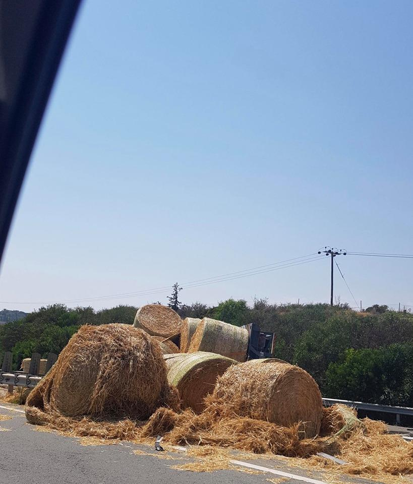 Section of Limassol-Nicosia highway closed after hay truck accident (photos) 4