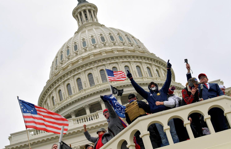 Υπό βαρύ φρουρά, το Κογκρέσο επέστρεψε στη δουλειά μετά τους υποστηρικτές του Τραμπ να καταιγίσουν το Καπιτώλιο των ΗΠΑ