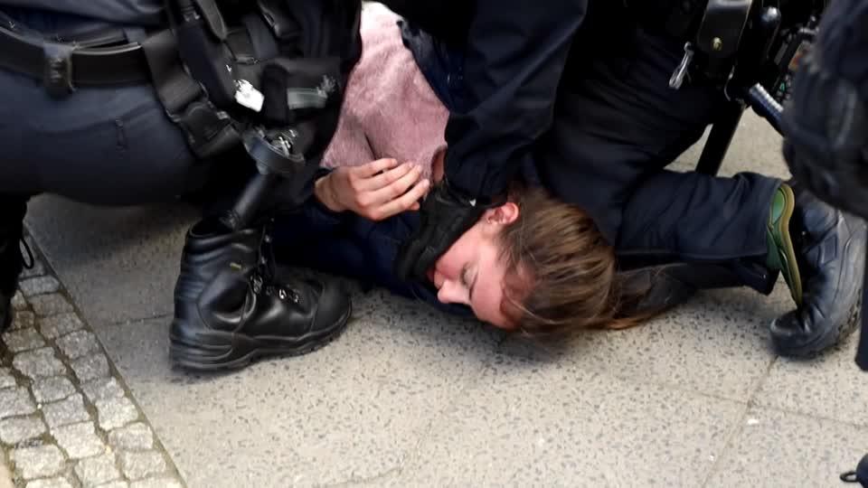 Χιλιάδες διαδηλωτές κατά του γερμανικού νόμου περί κλειδώματος COVID-19, συγκρούονται με την αστυνομία
