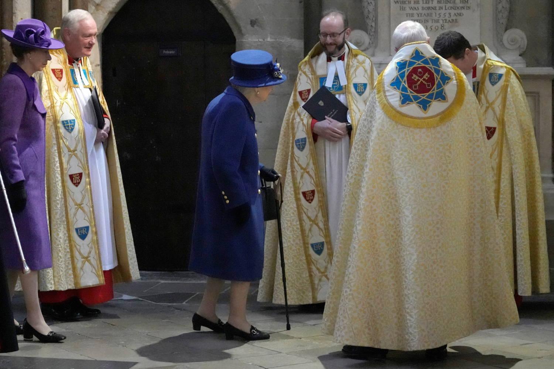 UK's Queen Elizabeth seen using walking stick at public event |  in-cyprus.com